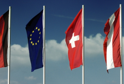 Europäische Länderflaggen wehen im Wind.